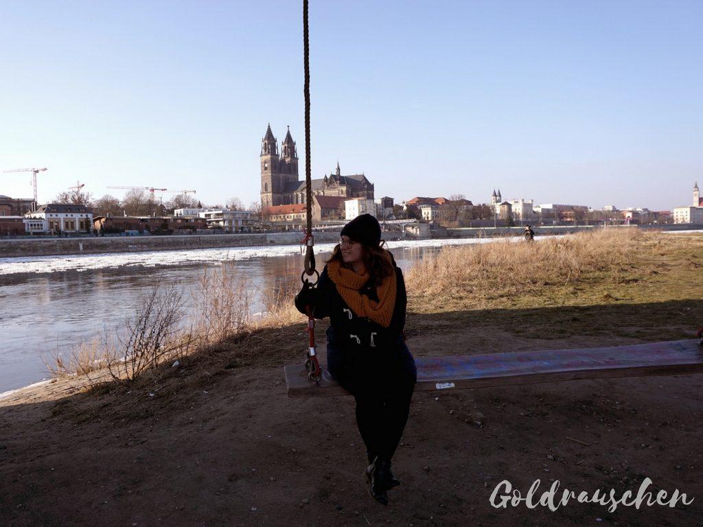 Schaukel an der Hubbrücke mit Magdeburger Dom