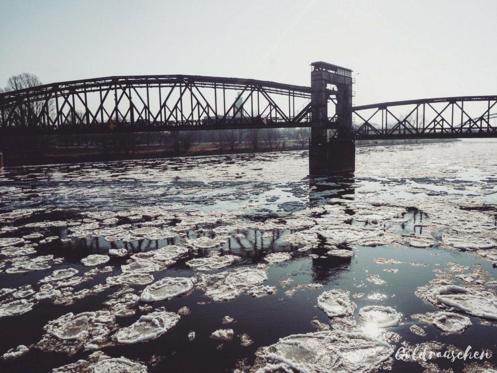 Magdeburg Hubbrücke und Elbe mit Eisschollen im Winter