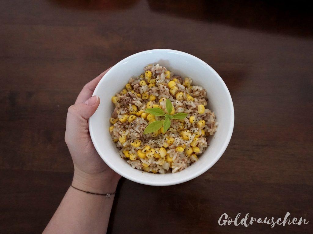 schnelles Mittagessen Reis mit Mais und Thunfisch (2)